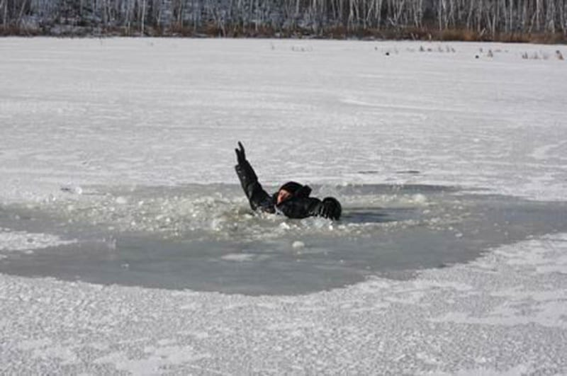 How to perform a self rescue after falling through the ice (video)